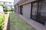 暑い日には芝生に水を撒いて涼を取って。