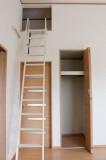 ロフトへのはしごはしっかりしたつくり。