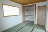 モダンな収納を持つ和室。