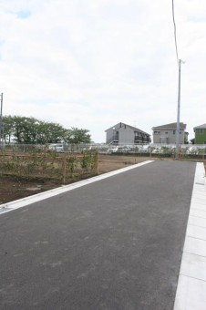 6宅地のほうへ引き入れられた新設道路