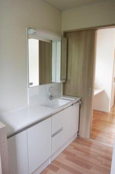 使いやすさを考え抜かれた洗面、奥側の家事スペース