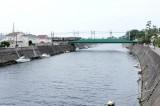橋の上を江ノ電が通る。