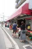 歩いてすぐ新鮮なフルーツが並ぶ生鮮食料品店