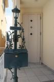 ヨーロピアン調のポストと玄関ドア