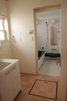 床下収納付きバスルーム