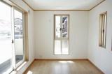 縦長の窓がアクセントの7.3帖洋室