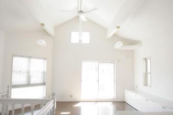 勾配天井とシーリングファン付きリビング