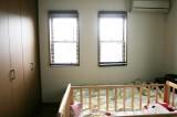 6.5帖洋室はオシャレな2連の飾り窓付き