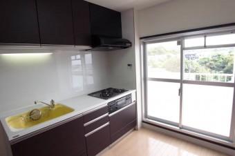 キッチンにこんなに大きな掃き出し窓があるのは珍しい。