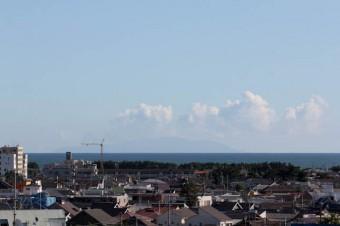 バルコニーからは伊豆大島が望める。