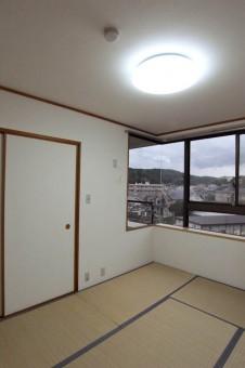 コーナー窓が珍しい和室。
