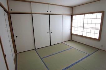 6帖の和室。奥にあるのが2帖分もある押入。