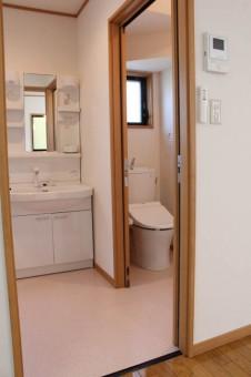 洗面所、トイレのドアも引き戸で広々空間。