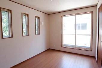 2階の6帖洋室は窓がポイント。