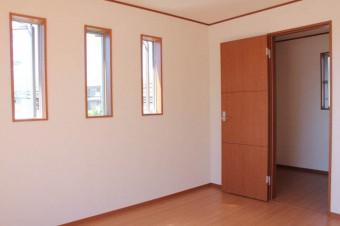 寝室。引き戸の向こうは2帖の納戸が。