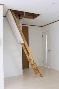 屋根裏部屋へと続くハシゴ。
