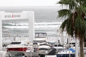 この日は波が強かったのでたくさんのサーファーがライディングを楽しんでいた。