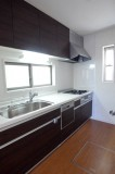 明るいキッチン、食洗機付き。
