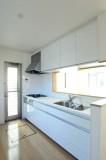 キッチンも気持ちいいぐらいに白一色!