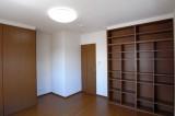 クローゼットのほかに本棚もある7.8帖の洋室。