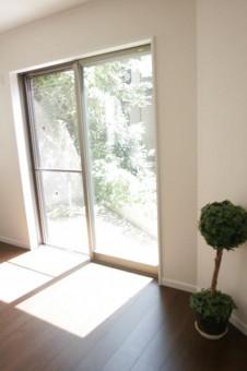 掃き出し窓から庭の緑が