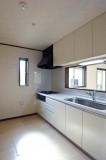 キッチンも白の面材で統一。