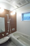 アールを描いた天井のバスルーム。