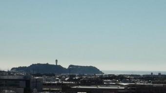 空気の澄んだ日は江ノ島がくっきり見える