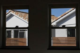 窓から見える統一感のある住宅群、ステキ。