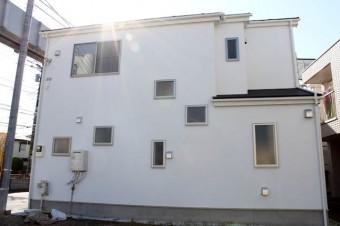 外から見ると、窓の配置がユニークなデザインに。