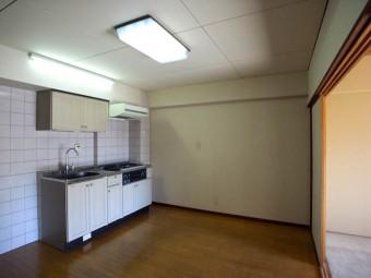 ダイニングキッチン。壁面にはカップボードを置いても。