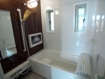 バスルームのテレビは大きめ。長風呂必至!