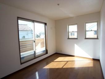 2階の洋室。窓がたくさんあって明るい。