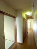 玄関から居室へ通じる廊下。