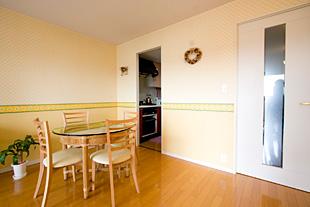 明るいムードの壁紙もキュートなダイニングスペース。ちょっとした来客時に便利