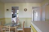 左側キッチンと右側廊下の両方からリビングへ抜けられる。