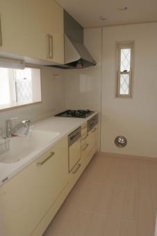 食洗器と浄水栓付きシステムキッチン