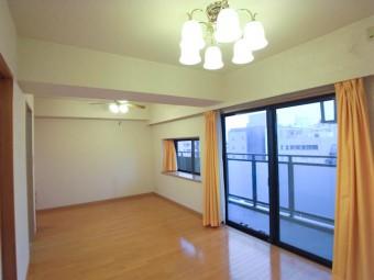 リビング側には大きな窓、ダイニング側には出窓で広く感じる。