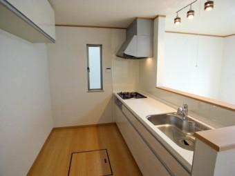 キッチン。壁側にはお好みのカップボードをどうぞ。