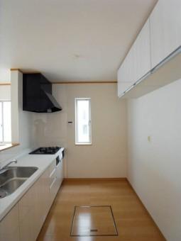 壁面に吊り戸棚が設置済み。