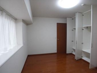 もうひとつの洋室は約7畳。出窓がうれしい。