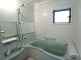 ペパーミントグリーンが効いているバスルーム。