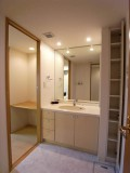 洗面所脇の狭小スペースは収納に。