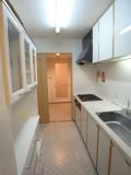 キッチンからまっすぐ洗面所、バスルームへ抜けられる。
