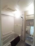 ホワイトで統一されたバスルームは清潔感たっぷり。